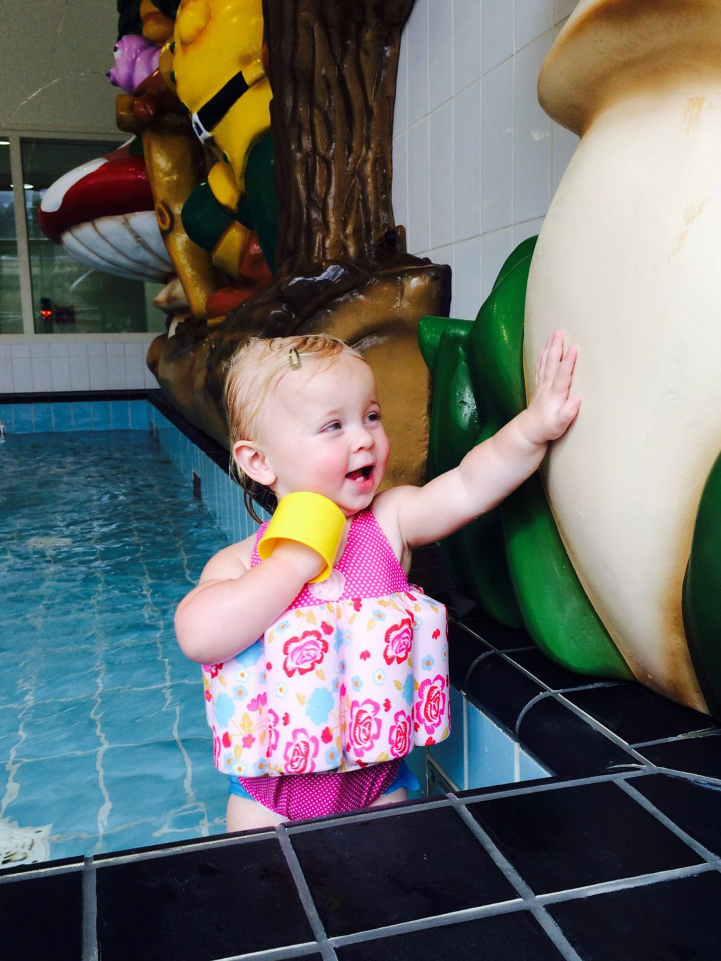 Blije lotte in het zwembad