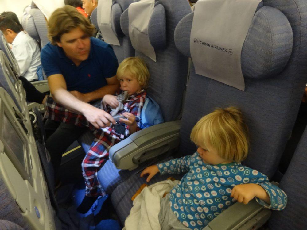 Nieuw Zeeland met kinderen: Thije, Hidde en Marcel in het vliegtuig